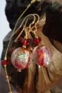 Boucles rouges dichroiques et feuille d'or