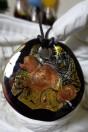 Pendentif rond et plat de couleur noir, ambré et feuille d'argent
