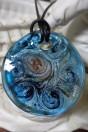 Pendentif rond et plat de couleur bleu et feuille d'argent