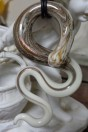 Pendentif serpent couleur ivoire et verre calcédoine