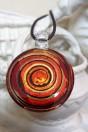 Pendentif rond spirale rouge et feuille d'argent